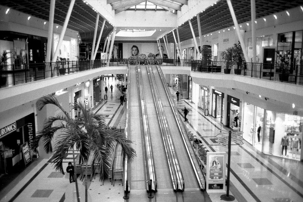 brescia coronavirus reportage fotografico pierluigi cottarelli centro commerciale