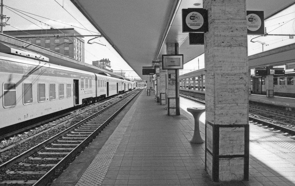 brescia coronavirus reportage fotografico pierluigi cottarelli stazione treni banchina binari