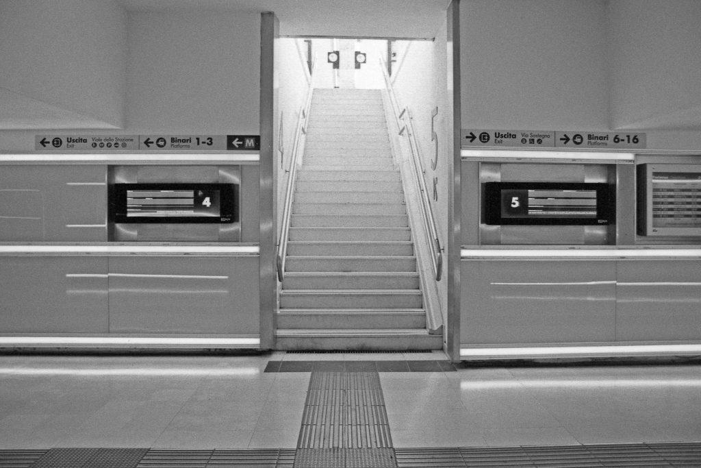 brescia coronavirus reportage fotografico pierluigi cottarelli stazione treni scale
