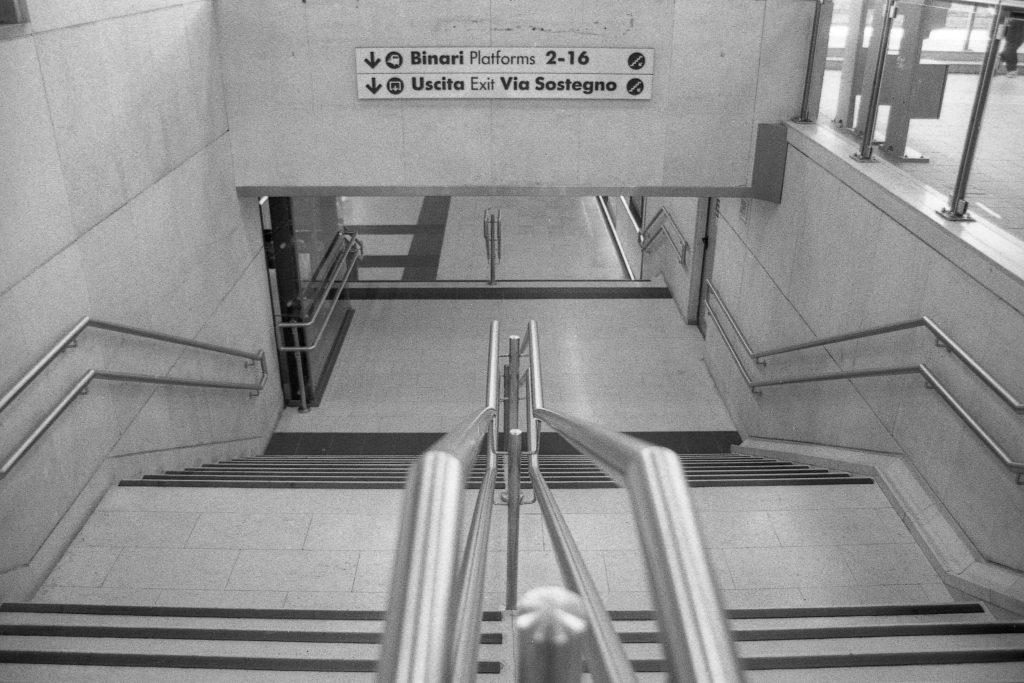 brescia coronavirus reportage fotografico pierluigi cottarelli stazione treni scalinata