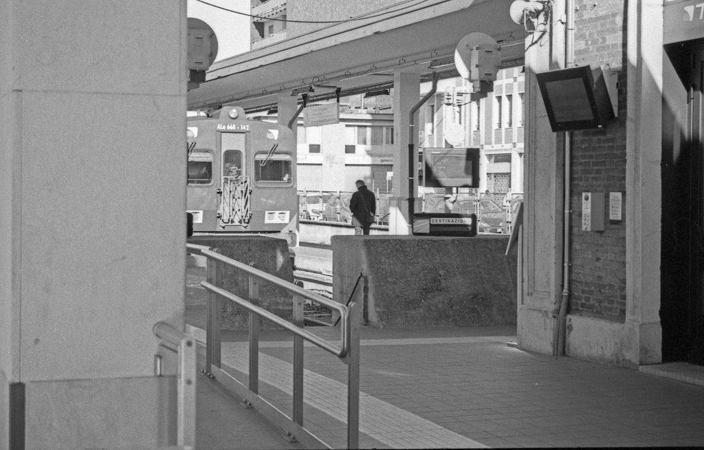 brescia coronavirus reportage fotografico pierluigi cottarelli uomo solo stazione treni