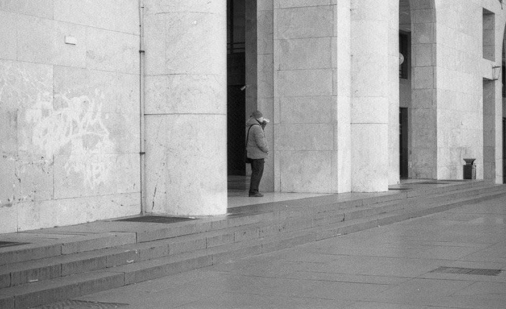 brescia coronavirus reportage fotografico pierluigi cottarelli persona colonnato